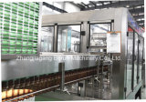 Завершите приправленный завод сверкная воды разливая по бутылкам для пластичных бутылок