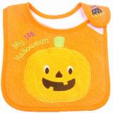OEMの農産物はデザインによって刺繍された綿のテリーの漫画のHalloweenの赤ん坊の送り装置の胸当てをカスタマイズした