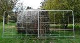 電気電流を通された農場の塀の網