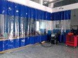 Cabina de aerosol del coche con el sitio de la preparación