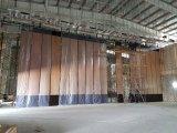 多目的ホールまたは多機能のホールのための音響の移動可能な隔壁
