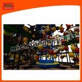 Juguete para niños en el interior del parque infantil con la bola Blaster
