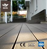 Um deck de madeira de plástico do WPC pavimentos exteriores com marcação CE