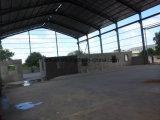 전원이 꺼져 있는 통풍기를 가진 강철 구조물 공장 창고