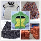 Используемая используемая одежда одевает сбывание в рынке Африки