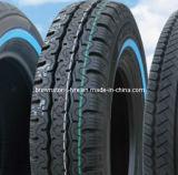 Neumático de coche blanco de la pared y neumático del litro