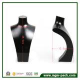 La visualizzazione laccata nera favolosa dei monili della collana di prima qualità