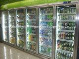 Pé na porta de vidro frigorífico para exibir os leites de bebidas e frutas