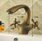旧式な真鍮の二重ハンドルの浴室の水栓