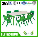 プラスチック椅子が付いている木製のプラスチック子供の長方形の調節可能な机を着色しなさい