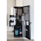 セリウム公認F-308-aが付いているコーヒー自動販売機をすくう瞬間および豆