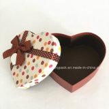 En forma de corazón caja de regalo de Navidad con las cintas