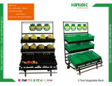 スーパーマーケットの金属の果物と野菜の陳列だなの棚