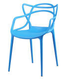 Preiswertes Blau, das im Freienstühle stapelt