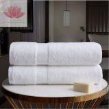 고품질 별 호텔에 의하여 이용되는 자수 백색 면 수건