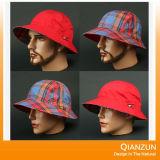 ブランクベージュ色およびChekedの物質的な粉砕機型のバケツの帽子