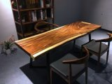 生きている端の純木のテーブルの上