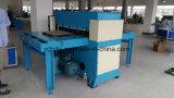 El corte de la tela de algodón junta las piezas de la máquina