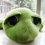 La grande peluche de tortue verte badine le jouet