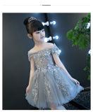 Elegante fora do vestido da menina do vestido da representação histórica do ombro