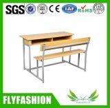El escritorio y las sillas del estudiante de los muebles de la sala de clase fijaron