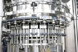 El frasco de cristal la cerveza que hace la máquina