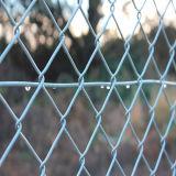 ダイヤモンドのチェーン・リンクの金網の塀