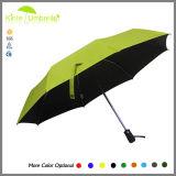 開いた自動車および黒の近い3つのフォールドの傘は紫外線保護する