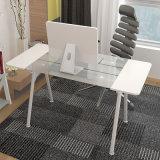 Белая стеклянная таблица компьютера в доме