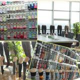 Ungerade farbige strickende Socke in den Nadelstreifen-Frauen-Form-Art-flippigen Socken