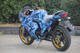 سرعة عادية يتسابق درّاجة درّاجة ناريّة مع تمويه أسلوب