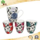 Disegno con la tazza di ceramica dei bei fiori