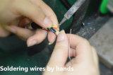Un connettore circolare coassiale da 75 Ohm/spina diritta in opposizione ed autobloccante con l'anello del cavo
