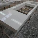 Longue partie supérieure du comptoir étroite de cuisine de pierre de quartz