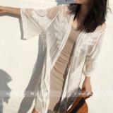 女性の水着はレースのかぎ針編みのチュニックのビキニ浜の服を隠す