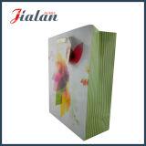 Цветастая конструкция каждая дни подгоняет бумажный мешок с веревочкой тесемки