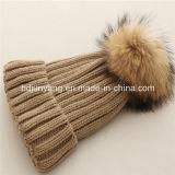 上のアライグマの毛皮の球が付いている高品質の冬のニットの帽子