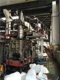 O plástico rufa a máquina moldando do sopro