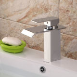 Robinets contemporains d'évier de salle de bains avec la finition de chrome