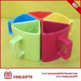Caneca de café cerâmica do triângulo colorido para o presente