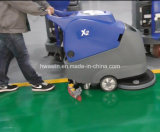 商業電気は床のスクラバー機械を手で押す