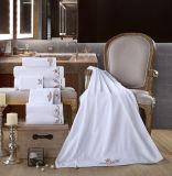 100%年綿、カスタマイズされた刺繍の浴室、綿タオルの