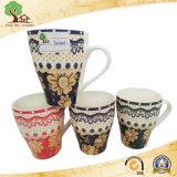 Tazza di ceramica con il reticolo decorativo classico