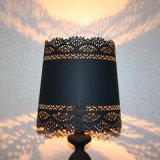 ヨーロッパ式の黒い鉄の切断のベッドサイド・テーブルランプ