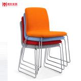 椅子をスタックするMifのファイバー