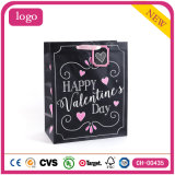 La ropa del supermercado del día de tarjeta del día de San Valentín calza las bolsas de papel del regalo de los artes