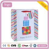 La ropa de la torta de cumpleaños calza la bolsa de papel del regalo del recuerdo del juguete