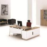 Muebles de oficina ejecutiva de lujo en la tabla de madera con estante de libros