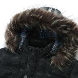 人は屋外の冬の方法コートをごまかす
