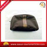 L'estetica dello stilista compone il sacchetto con il marchio